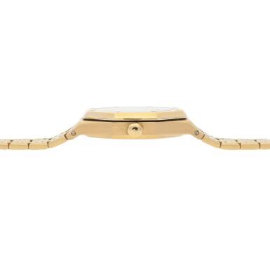 View 5. Thumbnail of Lot 520. Royal Oak, Ref. 25594BA Yellow gold wristwatch with day, date, moon phases and bracelet Circa 1990   愛彼 25594BA型號「Royal Oak」黃金鍊帶腕錶備日期、星期及月相顯示,年份約1990.