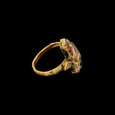 View 3. Thumbnail of Lot 1019. A rare gold, diamond, ruby and emerald 'bird' ring Jaipur, North India, 19th century   十九世紀 北印度齋浦爾 金嵌鑽石、紅寶及祖母綠鳥形戒指 背飾琺瑯彩鳥紋.