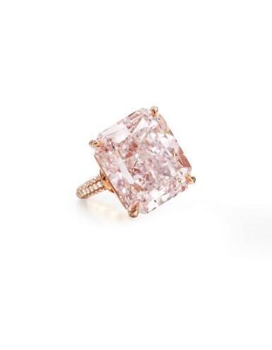 View 2. Thumbnail of Lot 1722. FANCY LIGHT PURPLISH PINK DIAMOND AND DIAMOND RING | 18.68卡拉 淡彩紫粉紅色鑽石 配 鑽石 戒指.