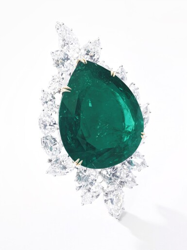 View 5. Thumbnail of Lot 177.  Harry Winston   Very Important Emerald and diamond brooch/pendant combination, circa 1970   海瑞溫斯頓   祖母綠配鑽石別針/吊墜組合,約1970年.