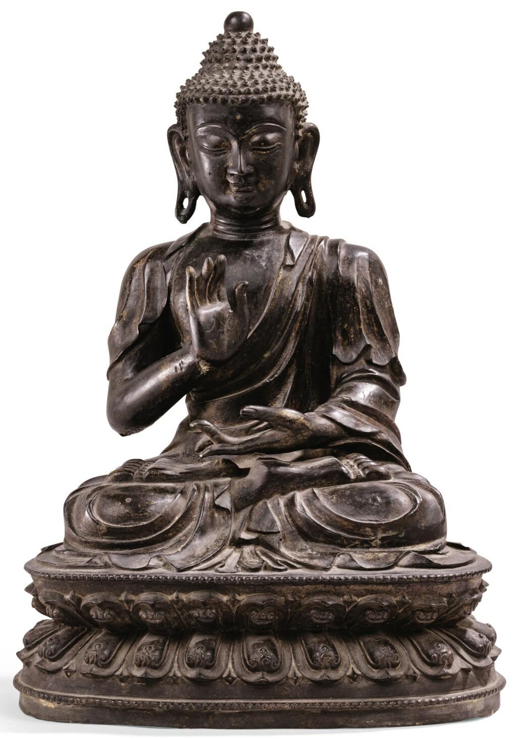 GRANDE ET RARE STATUETTE DE BOUDDHA EN BRONZE DYNASTIE MING, XVIE SIÈCLE | 明十六世紀 鎏金銅佛坐像 | A large and rare bronze figure of Buddha, Ming Dynasty, 16th century