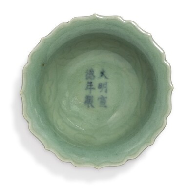 A SMALL INCISED CELADON-GLAZED 'FLORAL' DISH,  XUANDE MARK AND PERIOD