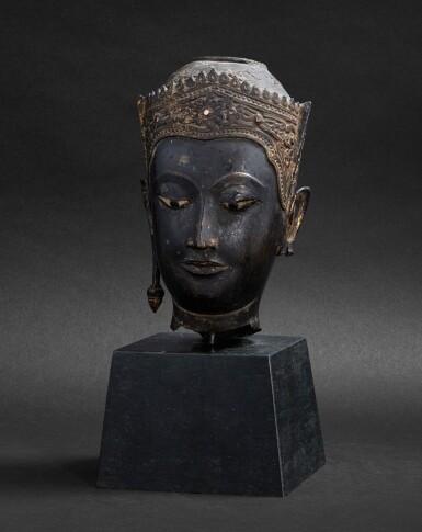 View 1. Thumbnail of Lot 98. Tête en bronze doré Thaïlande, style Ayutthaya, XVIE-XVIIE siècle | 暹邏 十六至十七世紀 銅阿瑜陀耶式佛首 | A gilt-bronze head, Thailand, Ayutthaya style, 16th-17th century.