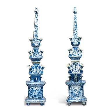 A RARE PAIR OF CHINESE EXPORT BLUE AND WHITE TULIP VASES, QING DYNASTY, KANGXI PERIOD