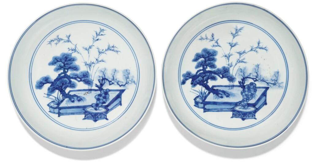 PAIRE DE COUPELLES EN PORCELAINE BLEU BLANC DYNASTIE QING, ÉPOQUE KANGXI |  清康熙 青花歲寒三友紋盤一對  《大明成化年製》仿款 | A pair of blue and white saucer dishes, Qing Dynasty, Kangxi period