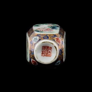 View 3. Thumbnail of Lot 1016. A famille-rose porcelain snuff bottle Seal mark and period of Qianlong   清乾隆 藍地描金開光粉彩庭園人物圖鼻煙壺 《乾隆年製》款.