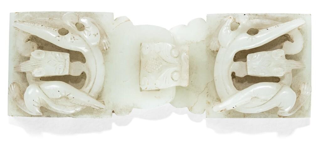 BOUCLE DE CEINTURE EN JADE CÉLADON PÂLE DYNASTIE QING, XVIIIE SIÈCLE | 清十八世紀 青白玉螭龍紋龍首帶扣 | A pale celadon jade belt-buckle, Qing Dynasty, 18th century