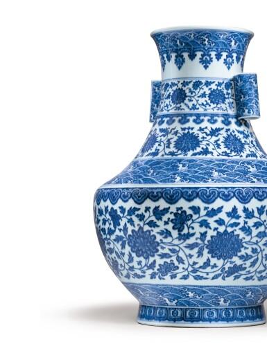 View 5. Thumbnail of Lot 12. RARE GRAND VASE 'LOTUS' EN PORCELAINE BLEU BLANC MARQUE EN CACHET ET ÉPOQUE QIANLONG  | 清乾隆 青花纏枝花卉海水紋折肩貫耳壼  《大清乾隆年製》款 | A rare large blue and white 'lotus' vase, seal mark and period of Qianlong.