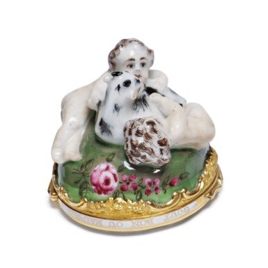 A ST. JAMES'S (CHARLES GOUYN) PORCELAIN GOLD-MOUNTED BONBONNIERE AND AGATE COVER CIRCA 1749-59