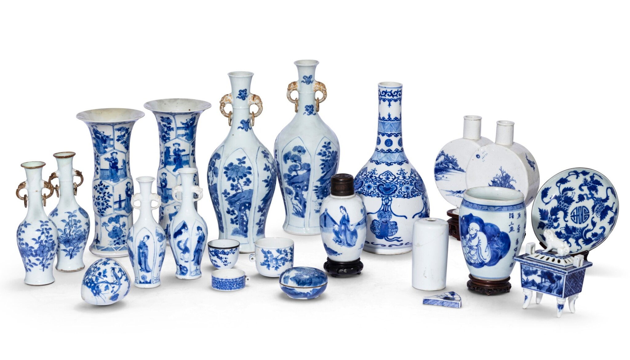 View 1 of Lot 185. Ensemble de porcelaines bleu blanc Dynastie Qing, XVIIIE et XIXE siècle | 清十八及十九世紀 青花瓷器 一組二十 一件 | A group of twenty-one blue and white wares, Qing Dynasty, 18th and 19th century.