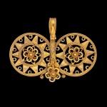 A Nias gold filigree double-spiral ear ornament, fondruru ana'a North Sumatra, Indonesian archipelago, 19th century | 十九世紀 印尼群島 北蘇門答臘尼亞斯島 金纍絲花卉紋耳飾