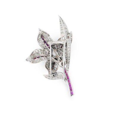 View 2. Thumbnail of Lot 25. BROCHE RUBIS ET DIAMANTS | RUBY AND DIAMOND BROOCH.