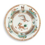 A RARE CHINESE EXPORT FAMILLE-VERTE ARMORIAL PLATE  QING DYNASTY, KANGXI PERIOD, CIRCA 1715 | 清康熙 約1715年 五彩瑞獸圖徽章紋盤