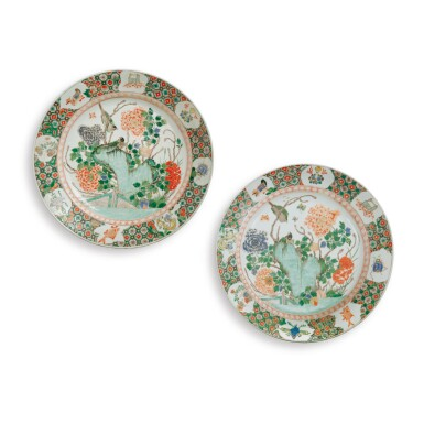 A PAIR OF CHINESE FAMILLE-VERTE 'MAGPIES AND PEONIES' LARGE DISHES QING DYNASTY, KANGXI PERIOD | 清康熙 五彩花鳥庭院圖大盤兩件