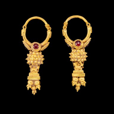 View 2. Thumbnail of Lot 1095. A pair of gem-set gold earrings Possibly Parthia, 2nd century BC - 2nd century AD | 或帕提亞 公元前二世紀至公元後二世紀 金嵌寶耳飾一對.