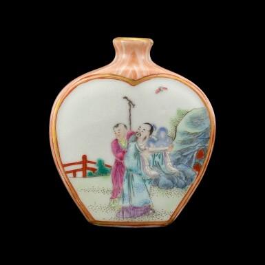 View 2. Thumbnail of Lot 1006. A faux-bois ground famille-rose 'scholars' snuff bottle Seal mark and period of Qianlong   清乾隆 粉彩仿木紋開光人物圖鼻煙壺 《大清乾隆年製》款.