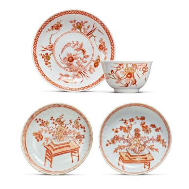 A RARE MEISSEN TEABOWL AND SAUCER AND TWO CHINESE FLUTED SAUCERS CIRCA 1735-40 AND QING DYNASTY, KANGXI PERIOD | 約1735-40年 邁森礬紅描金小盃連盞一套 清康熙 礬紅描金菊瓣小盤兩件