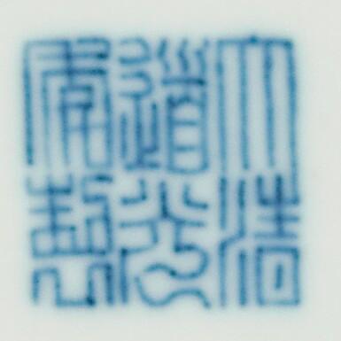 COUPELLE EN PORCELAINE BLEU BLANC ÉMAILLÉE VERT MARQUE ET ÉPOQUE DAOGUANG | 清道光 青花綠釉龍紋盤  《大清道光年製》款 | A green-enamelled 'dragon' saucer dish, Daoguang seal mark and period