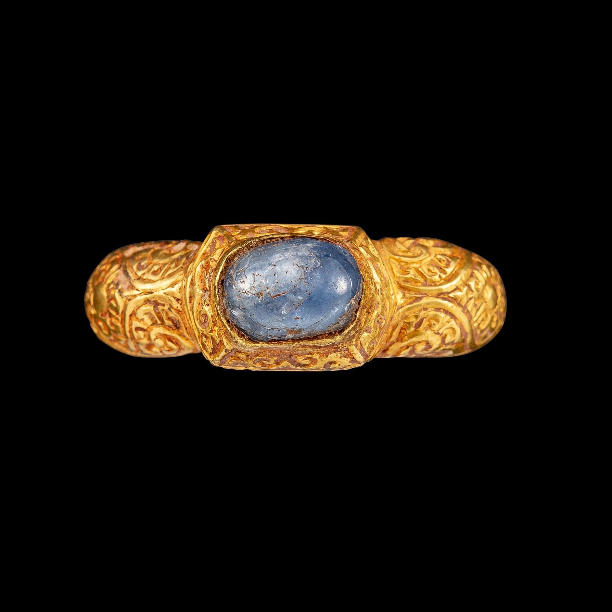 View full screen - View 1 of Lot 1022. A gold and cabochon star sapphire repoussé ring Champa, 14th century | 十四世紀 占城 金嵌星光藍寶石戒指.