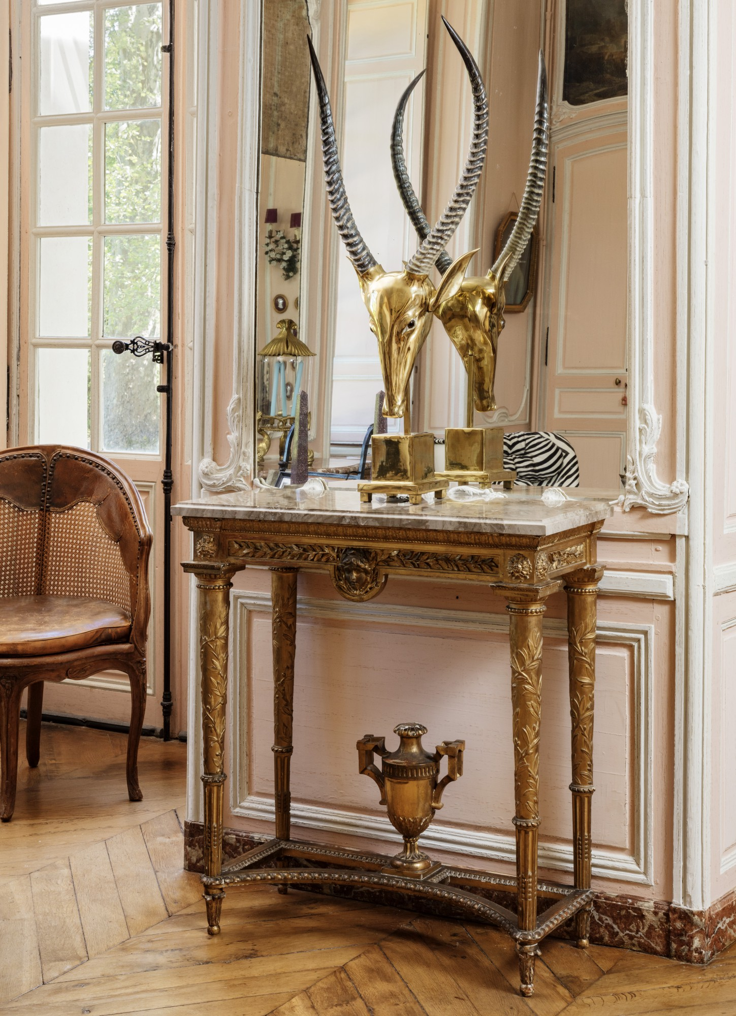 A CARVED GILTWOOD CONSOLE, LATE 18TH/EARLY 19TH CENTURY, IN THE MANNER OF GEORGES JACOB [CONSOLE EN BOIS SCULPTÉ ET REDORÉ DE LA FIN DU XVIIIE/DÉBUT DU XIXE SIÈCLE, DANS LE GOÛT DE GEORGES JACOB]